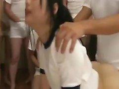 Söt asiatisk tonåring med en gudomlig röv blir gangbanged och cove