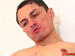 Горячий испанском языке парня принимает душ !