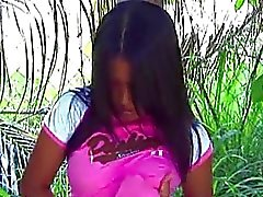 Aasian poikasen sormitus metsässä