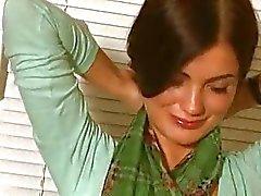 Schattige brunette poseert naakt