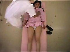 Jolie fille Oriental avec des seins minuscules a une satisfyin masseur