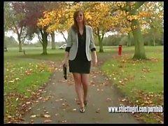 Брюнет сексуальный с длинными ногами надевает высокими каблуками , чтобы сделать свой фетиш соки сперма