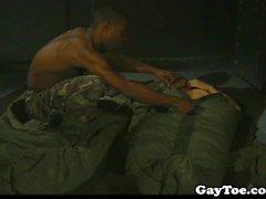 Nero fusto dell'esercito bellimbusto a succhiare le dita dei piedi e scopata rigido