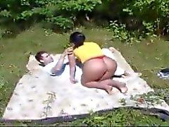 äiti ja poika työskentelevät puutarhassa