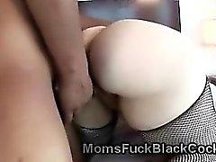 Kurvikas Cougarin seksikäs stockings pääsee pumppaama musta cock