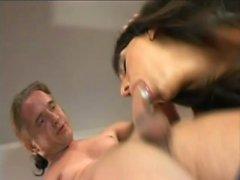 Balık ağlarında dayanılmaz esmer kanepede anal seks yapmaya çalışıyor