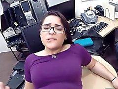 Muchachas de los pares intentan robar su y tienen relaciones sexuales en la casa de empeño