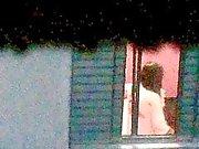 In der Nähe von heißen fiel auf die Spionkamera nach dem Baden.