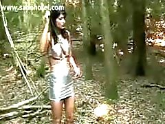 Slav bundet på ett träd får hits med en piska av kåta älskarinna