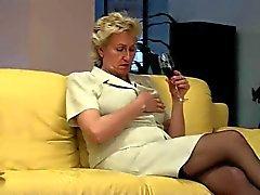 Blonda Granny tar hand om hennes håriga fitta med TROC