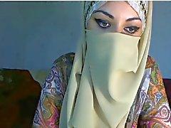 Arab tyttö näyttää rinnat