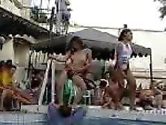 Les filles thaïes qui dansent à la piscine