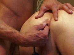 Dois homens bonitos fodendo com um vibrador