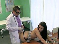 Bir doktor ofiste bir masanın üzerine Hasta sikikleri