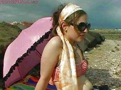 Bir kız beach kapalı alır