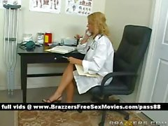 Ofisinde busty sarışın doktor