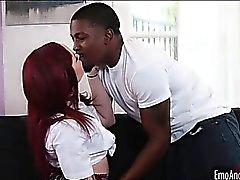 Redhead chica emo golpeado por tipo negro duro y profundo