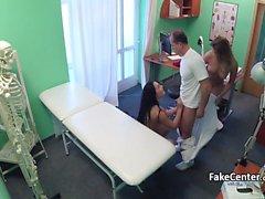 Hastane ofisinde çılgın üçlü