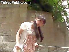Japanin tyttö kävelee ympäriinsävibraattorin hänen pikkuhousut