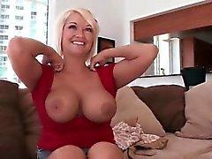 Hot Mama spielt mit ihren großen Titten und Fotze