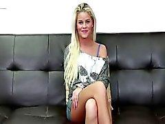 Blond med ett stort leende på CastingCouchX