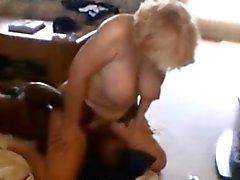 Ältere blonde Frau zwischen verschiedenen Rassen Facesittings