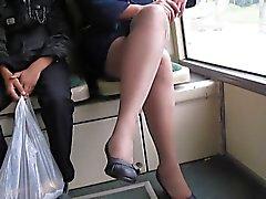 Mädchen in fishnet Strümpfe in einem Bus