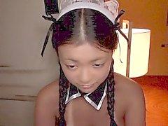Femme de chambre japonaise minuscule et tanlines trois voies cloué