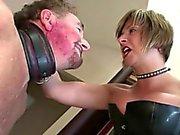 Femdom matura ama la schiaffeggiò schiavi