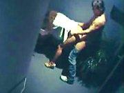 Kuiken blijft laat op het kantoor toen ze botst tegen portier voor een fuck op een verborgen camera