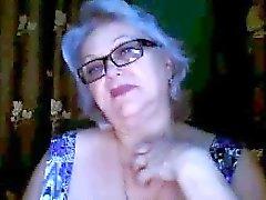 De Rusia la abuelita ex maestro de parpadear sus senos grandes en la webcam