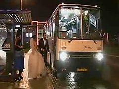 Haben Gruppensex mit einer Braut einem Bus