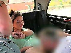 De mierda horny couple con el driver en el asiento trasero de cabina