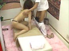 Babe Oriental magnifique et excitée se satisfait sexuellement par