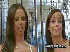 Trio lesbische femdom met kont snuiven en likken en spuiten