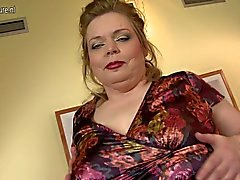 Gran madre con grandi tette di saggy e di vagina affamati