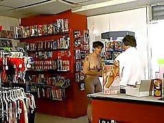 Casal maduro dans un sex shop (punho !)