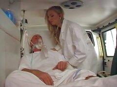 Doctor ambulans arkasına hastayı sikikleri