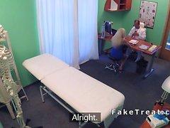 Doktor hastanede dövmeli sarışın patlama
