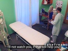 Docteur bangs blond tatoué à l'hôpital