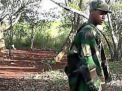 Armee Jungen streicht sich Holz im Holz