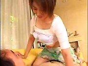 Aasialainen teen with hyvä tissit puristavat heitä sekä kulkee hänen kasvonsa