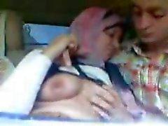 Garota Hijab árabe sugado mamas grandes e beijou no carro