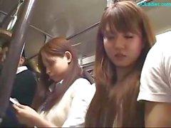 Japansk dam får hennes bröstvårtor sög och hennes fitta fingered på bussen