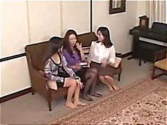 Dessa asiatiska lesbisk babes ger en en vibrerande orgasm