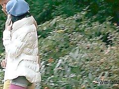 Slim teen branco brunette de buceta esfregava no parque do