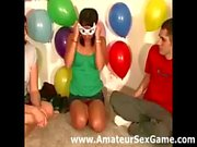 Des baisers Lesbian dans le jeu. des partis amateur de