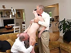 Due uomini anziani che scopano al caldo pulcino Alex Harper