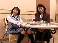 Söta japanska teen med a hett arsle ligger på magen och få