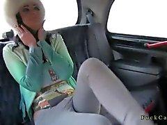 Grandes mésanges tatouée baises brünett un taxi faux